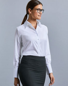 Blusen von der Marke Russell Collection namens Ladies` Long Sleeve Tailored Ultimate Non-Iron Shirt in der Farbe Black