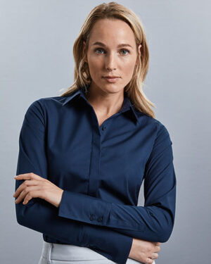 Blusen von der Marke Russell Collection namens Ladies` Long Sleeve Fitted Ultimate Stretch Shirt in der Farbe Black