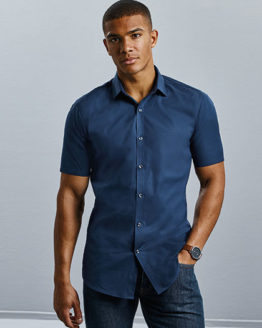 Hemden von der Marke Russell Collection namens Men`s Short Sleeve Fitted Ultimate Stretch Shirt in der Farbe Black