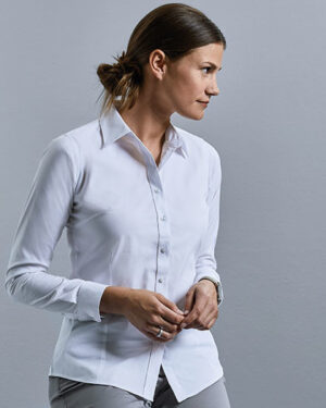 Blusen von der Marke Russell Collection namens Ladies` Long Sleeve Tailored Coolmax® Shirt in der Farbe White