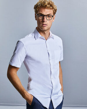 Hemden von der Marke Russell Collection namens Men`s Short Sleeve Tailored Coolmax® Shirt in der Farbe White