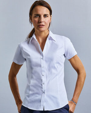 Blusen von der Marke Russell Collection namens Ladies` Short Sleeve Tailored Coolmax® Shirt in der Farbe Light Blue